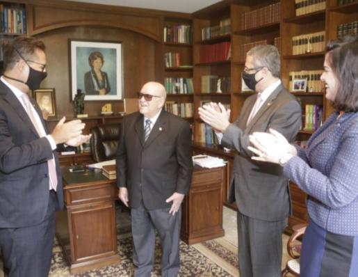 Idoso de 96 anos recebe carteirinha da OAB de presente