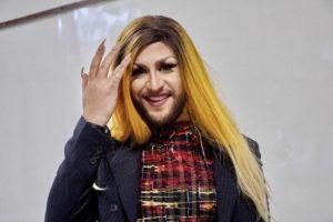 Estudante de Direito apresenta TCC vestido de drag queen