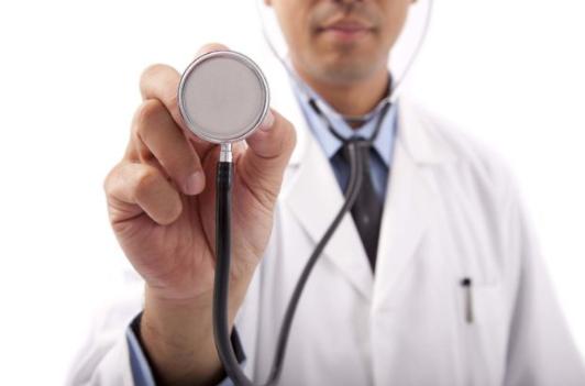 Governo quer congelar formação de novos médicos por cinco anos
